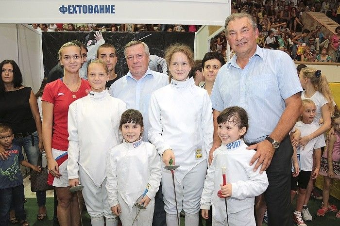На фото Василий Голубев, Владислав Третьяк и участники фестиваля «Дети в спорт» 2015г