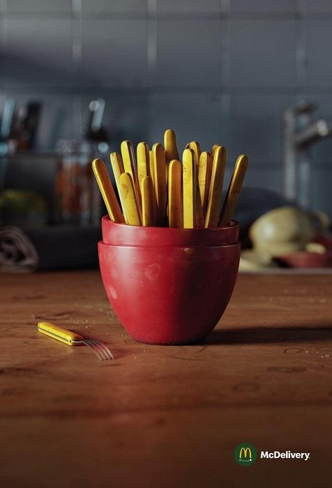 картофель-фри в характерной красной упаковке